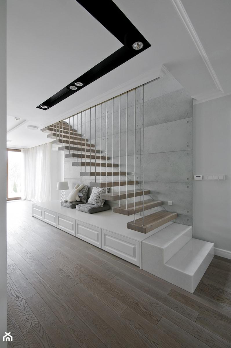 Średnie wąskie schody jednobiegowe drewniane, styl nowoczesny - zdjęcie od 3deko