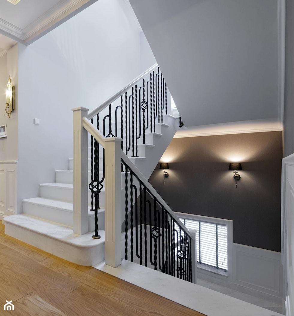 DOM W WILANOWIE - Średnie wąskie schody dwubiegowe drewniane, styl klasyczny - zdjęcie od 3deko - Homebook