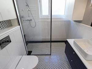 MIESZKANIE KRAKÓW - Mała biała szara łazienka w bloku w domu jednorodzinnym z oknem, styl nowojorski - zdjęcie od 3deko