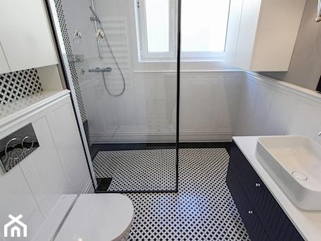 Aranżacje wnętrz - Łazienka: MIESZKANIE KRAKÓW - Mała biała szara łazienka w bloku w domu jednorodzinnym z oknem, styl nowojorski - 3deko. Przeglądaj, dodawaj i zapisuj najlepsze zdjęcia, pomysły i inspiracje designerskie. W bazie mamy już prawie milion fotografii!