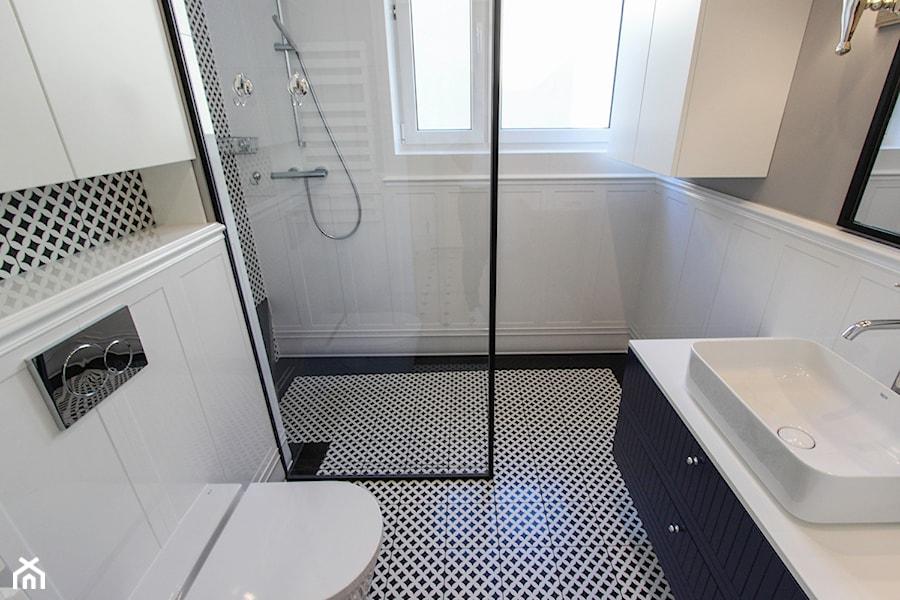 MIESZKANIE KRAKÓW - Mała biała szara łazienka w bloku w domu jednorodzinnym z oknem, styl nowojorsk ... - zdjęcie od 3deko