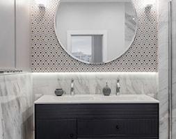 Mieszkanie Mokotów - Mała biała szara łazienka na poddaszu w bloku w domu jednorodzinnym bez okna, styl nowojorski - zdjęcie od 3deko