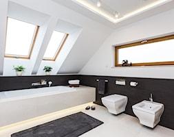 DOM W MICHAŁOWICACH - Duża biała czarna łazienka na poddaszu, styl nowoczesny - zdjęcie od 3deko