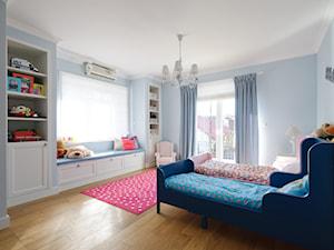 DOM W WILANOWIE - Duży pastelowy niebieski pokój dziecka dla chłopca dla dziewczynki dla rodzeństwa dla malucha dla nastolatka, styl klasyczny - zdjęcie od 3deko
