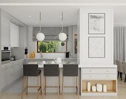 DOM W JÓZEFOSŁAWIU - Duża otwarta biała szara kuchnia w kształcie litery l w aneksie z oknem, styl tradycyjny - zdjęcie od 3deko