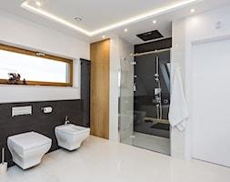 DOM W MICHAŁOWICACH - Duża biała czarna łazienka w domu jednorodzinnym z oknem, styl nowoczesny - zdjęcie od 3deko - Homebook