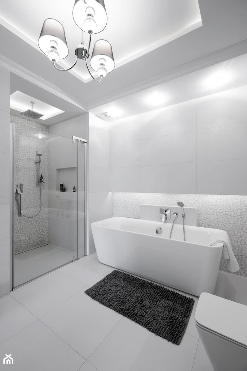 DOM W FALENTACH - Duża biała łazienka w domu jednorodzinnym jako salon kąpielowy bez okna, styl nowoczesny - zdjęcie od 3deko