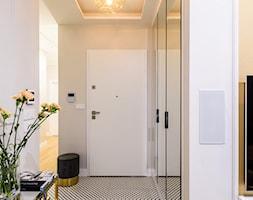 Mieszkanie Mokotów - Mały biały beżowy hol / przedpokój, styl nowojorski - zdjęcie od 3deko