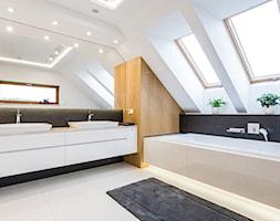 DOM W MICHAŁOWICACH - Duża biała czarna szara łazienka na poddaszu w domu jednorodzinnym z oknem, s ... - zdjęcie od 3deko - Homebook