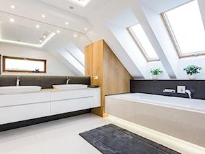 DOM W MICHAŁOWICACH - Duża biała czarna szara łazienka na poddaszu w domu jednorodzinnym z oknem, styl nowoczesny - zdjęcie od 3deko