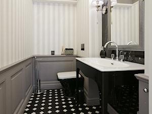 DOM W WILANOWIE - Mała beżowa szara łazienka w bloku bez okna, styl klasyczny - zdjęcie od 3deko