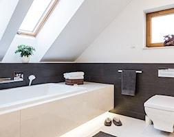 DOM W MICHAŁOWICACH - Średnia biała szara łazienka na poddaszu w domu jednorodzinnym z oknem, styl ... - zdjęcie od 3deko - Homebook