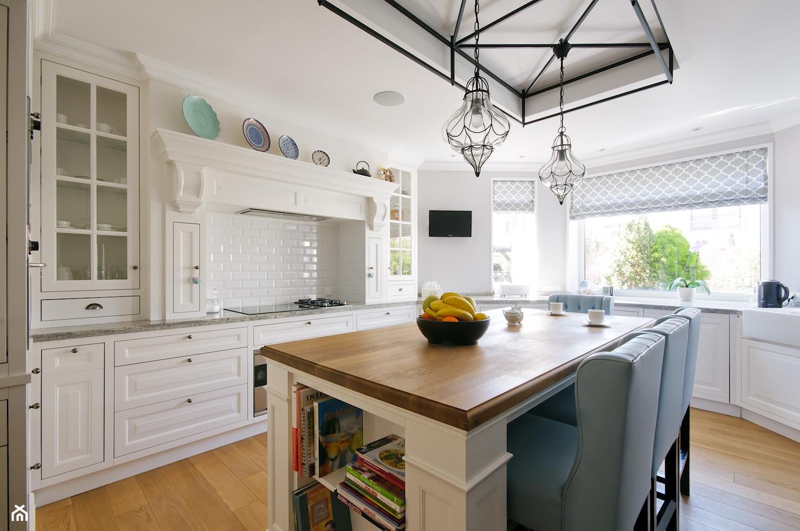DOM W WILANOWIE - Duża zamknięta biała kuchnia w kształcie litery l z wyspą z oknem, styl klasyczny - zdjęcie od 3deko - Homebook