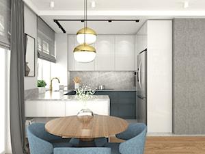 MIESZKANIE Z NUTĄ GRANATU - Mała biała szara kuchnia w kształcie litery g w aneksie z wyspą z oknem, styl nowoczesny - zdjęcie od 3deko