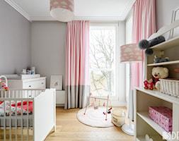 Mieszkanie Mokotów - Mały szary pokój dziecka dla dziewczynki dla niemowlaka, styl nowoczesny - zdjęcie od 3deko