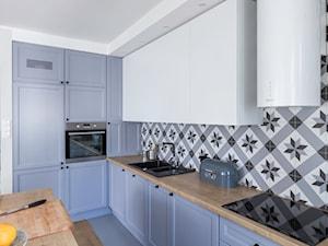 City Park - Średnia otwarta biała szara kolorowa kuchnia w kształcie litery l z wyspą, styl skandynawski - zdjęcie od INTERIOR AFFAIRS