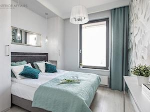 Brabank IV - Mała biała szara sypialnia małżeńska, styl glamour - zdjęcie od INTERIOR AFFAIRS