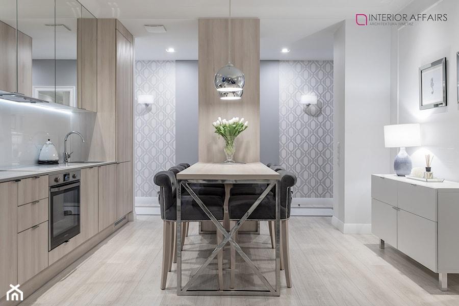 Brabank IV - Średnia otwarta biała jadalnia w kuchni, styl nowojorski - zdjęcie od INTERIOR AFFAIRS