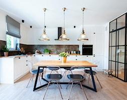 Mieszkanie II - Duża otwarta biała kuchnia w kształcie litery l z oknem, styl nowoczesny - zdjęcie od residence_fotografia_wnetrz