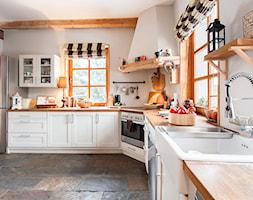 Dom - Duża zamknięta biała kuchnia w kształcie litery l z oknem, styl rustykalny - zdjęcie od residence_fotografia_wnetrz