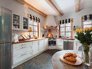 Dom - Duża otwarta biała kuchnia w kształcie litery l z oknem, styl rustykalny - zdjęcie od residence_fotografia_wnetrz