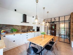 Mieszkanie II - Duża otwarta biała brązowa kuchnia w kształcie litery l, styl nowoczesny - zdjęcie od residence_fotografia_wnetrz