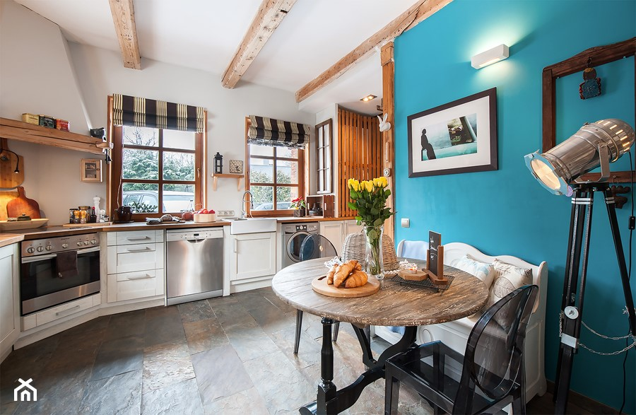Dom - Duża zamknięta biała niebieska kuchnia w kształcie litery l z oknem, styl rustykalny - zdjęcie od residence_fotografia_wnetrz