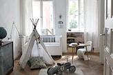 drewniana podłoga, biały namiot tipi w pokoju dziecka, drewniany trójkątny stolik, białe firany