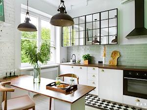 Kawalerka w kamienicy - Stary Mokotów - 31 mkw - Mała biała zielona kuchnia jednorzędowa w aneksie, styl vintage - zdjęcie od MAKAO home