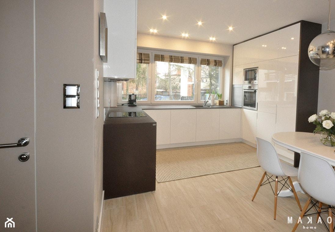 Projekt Sadyba - Średnia otwarta biała kuchnia w kształcie litery u w aneksie, styl nowoczesny - zdjęcie od MAKAO home - Homebook