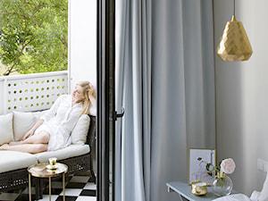 Saska Kępa - Mała szara sypialnia małżeńska z balkonem / tarasem, styl nowojorski - zdjęcie od MAKAO home