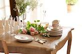 drewniany stół ze zdobieniami