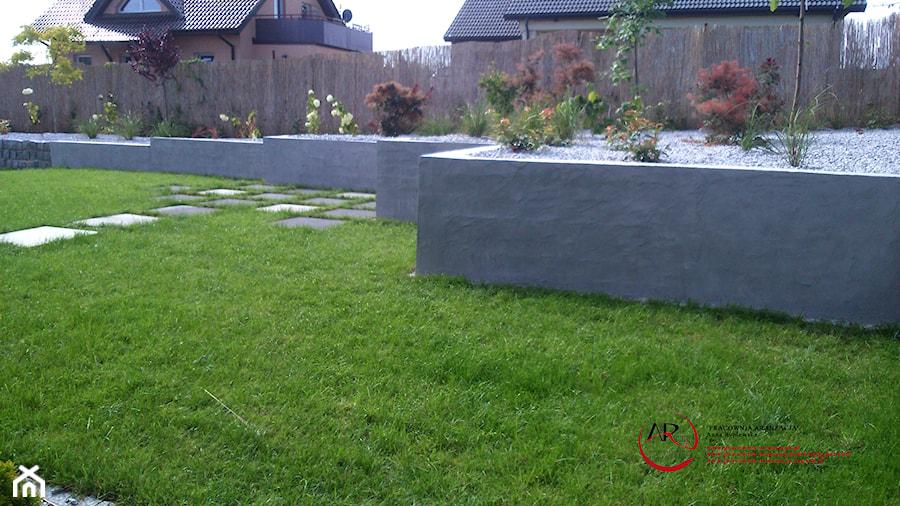 nowoczesny ogród minimalistyczny z użyciem kamienia i betonu - zdjęcie od PRACOWNIA ARANŻACJA ...