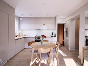 ANEKS KUCHENNY W SALONIE / Piekary Śląskie - Średnia otwarta biała kuchnia w kształcie litery l w aneksie z oknem, styl nowoczesny - zdjęcie od TIUK Studio