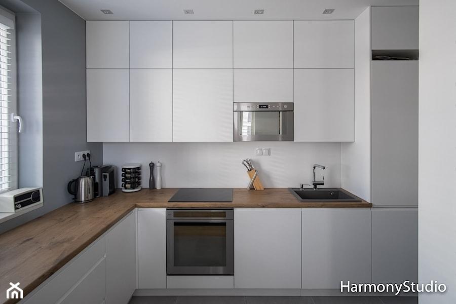 Kuchnia W Bieli Z Drewnianym Blatem Zdjęcie Od