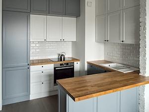 Kuchnia biało - szara z drewnianym blatem - zdjęcie od HarmonyStudio kuchnie i wnętrza