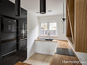 Nowoczesna kuchnia z drewnianym blatem - zdjęcie od HarmonyStudio kuchnie i wnętrza
