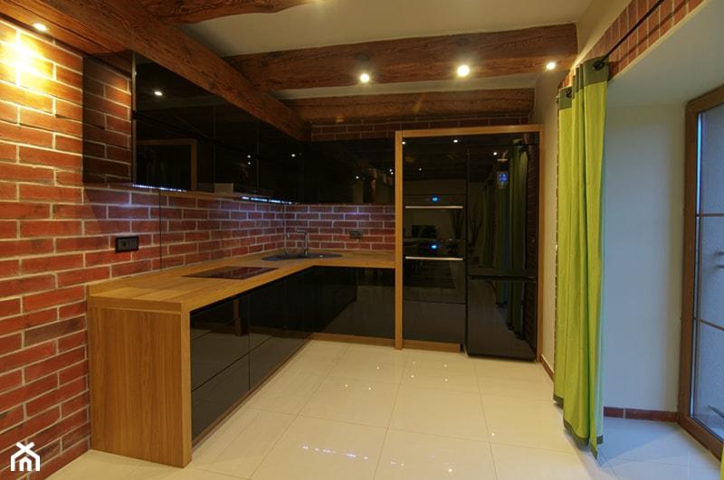 Kuchnia z cegłą i drewnianymi belkami  zdjęcie od Konzept