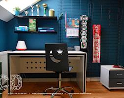dziecięco / młodzieżowo - Mały biały niebieski pokój dziecka dla chłopca dla dziewczynki dla ucznia dla nastolatka, styl nowoczesny - zdjęcie od Pracownia Projektowania | Daria Ciuńczyk-Duda
