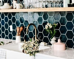Płytki heksagony nad blatem kuchennym - zdjęcie od Anna Poprawska - Homebook