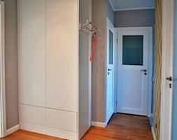 mieszkanie Gdańsk Żabianka - Mały szary żółty hol / przedpokój, styl nowoczesny - zdjęcie od ip-design
