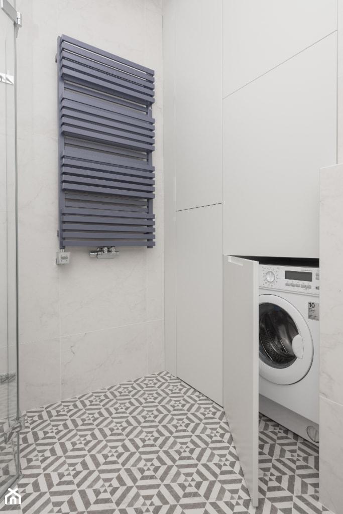 Łazienka - widok na zabudowę meblową i grzejnik - zdjęcie od Viva Design Pracownia Projektowania Wnętrz - Homebook