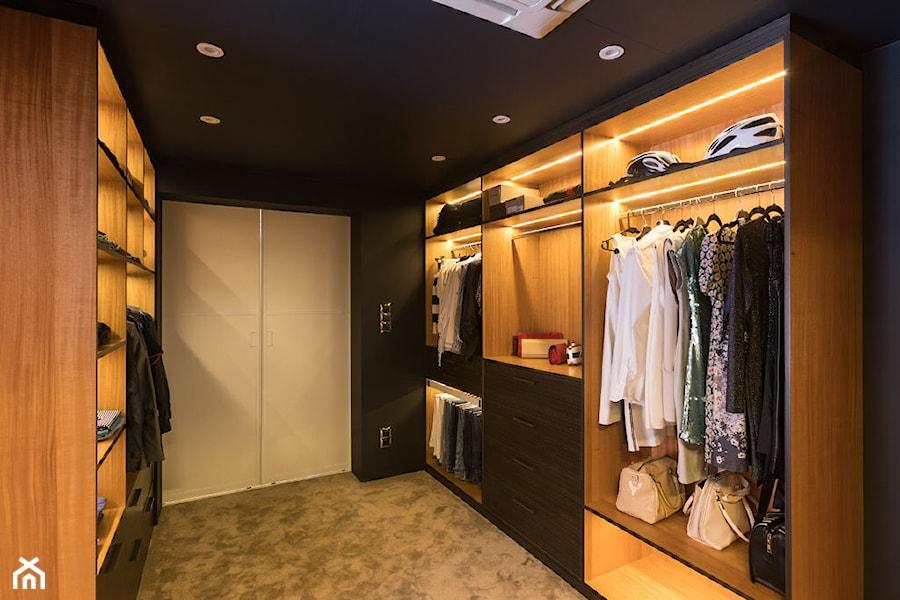 Zdjęcie korytarza do części prywatnej pełniącego funkcję garderoby - zdjęcie od Viva Design Pracownia Projektowania Wnętrz