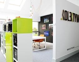 Biuro Kolektyw - Średnie czarne białe biuro pracownia na poddaszu, styl nowoczesny - zdjęcie od Pracownia ARD