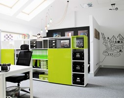Biuro Kolektyw - Duże białe biuro pracownia na poddaszu, styl nowoczesny - zdjęcie od Pracownia ARD