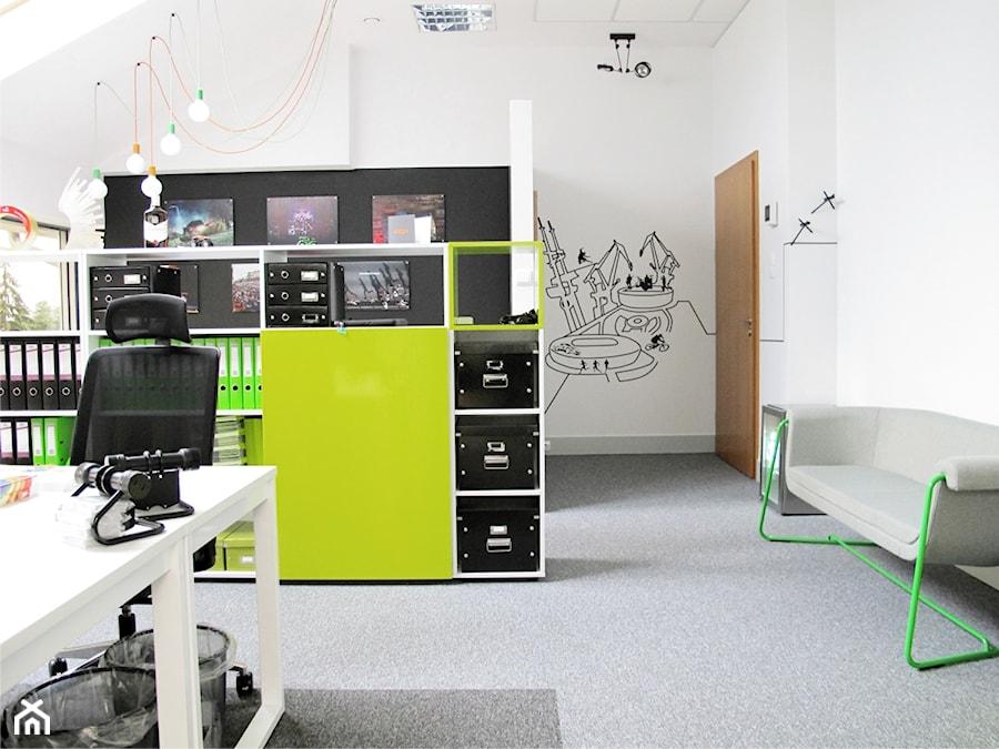 Biuro Kolektyw - Średnie białe biuro pracownia na poddaszu w pokoju, styl nowoczesny - zdjęcie od Pracownia ARD