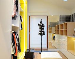 D47 DOM W MYSŁOWICACH - Średnia zamknięta garderoba z oknem na poddaszu, styl eklektyczny - zdjęcie od WIDAWSCY STUDIO ARCHITEKTURY