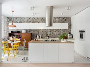Mieszkanie w Chorzowie (M69) - Duża otwarta biała kolorowa kuchnia w kształcie litery l z wyspą z oknem, styl skandynawski - zdjęcie od WIDAWSCY STUDIO ARCHITEKTURY