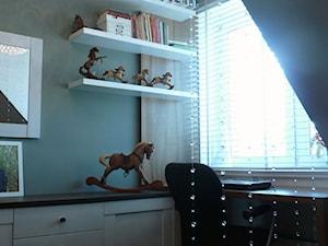 """Szeregówka w Polkowicach - Mały czarny pokój dziecka dla chłopca dla dziewczynki dla ucznia dla nastolatka, styl glamour - zdjęcie od Pracownia Projektowa """"Interior-Art"""""""