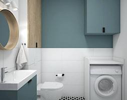 Metamorfoza łazienka+salon z kuchnią - Mała biała niebieska łazienka na poddaszu w bloku w domu jednorodzinnym bez okna, styl nowoczesny - zdjęcie od Schemat